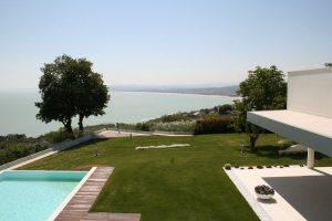 Una villa moderna con piscina affacciata al mare