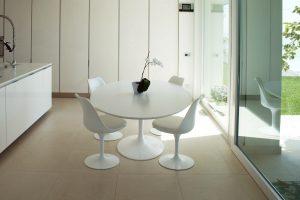 Immagine di una cucina moderna, con un tavolo saarinen modello tulip affacciato ad una grande vetrata