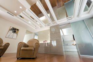 Interior design di un salotto a doppia altezza con poltrone di pelle