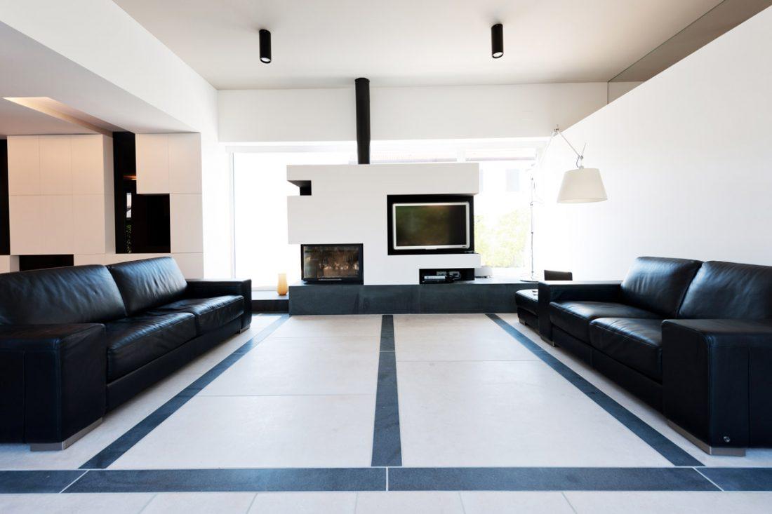Vista simmetrica di un soggiorno moderno con due divani in pelle nera