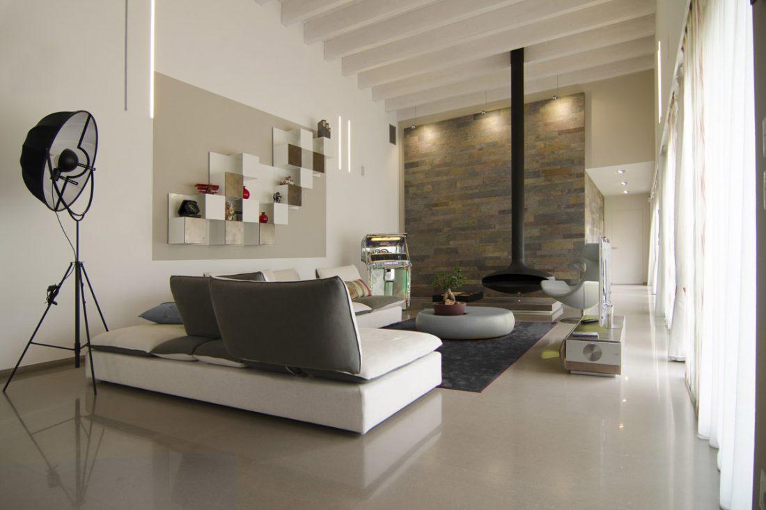 Salotto moderno arredato con divano, tappeto, camino gyrofocus opera del designer dominique imbert
