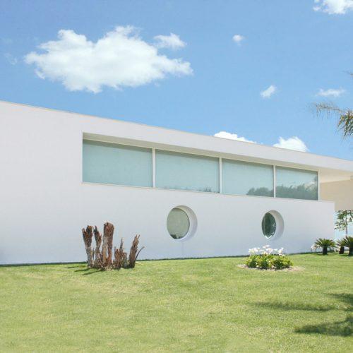 Una villa moderna con ampie vetrate affacciata al mare nella provincia di Chieti
